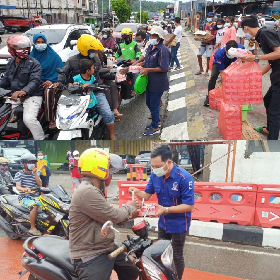 Sahabat Rico Sia di Manokwari Bagi Ratusan Takjil ke Pengguna Jalan Lampu Merah Haji Bauw 3 IMG 20210508 2