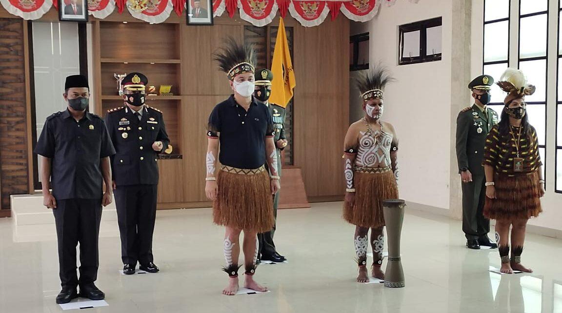 Dipimpin Presiden RI, Bupati Kaimana Ikut Upacara Harlah Pancasila Pakai Baju Adat Papua 1 IMG 20210601 WA0037 1