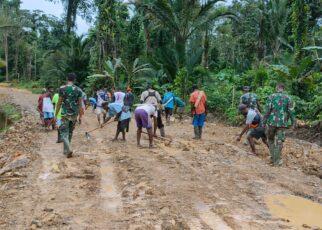 TNI Bersama Masyarakat Gotong Royong Lakukan Pengerasan Jalan 375 Meter di Kampung Idoor 25 IMG 20210619 WA0023