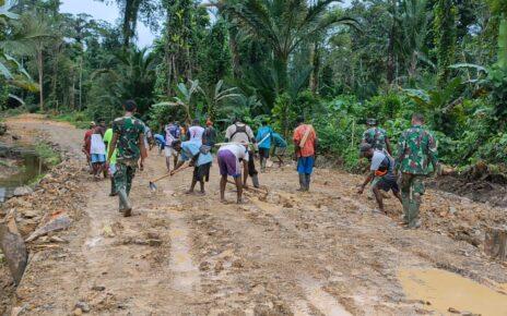 TNI Bersama Masyarakat Gotong Royong Lakukan Pengerasan Jalan 375 Meter di Kampung Idoor 4 IMG 20210619 WA0023