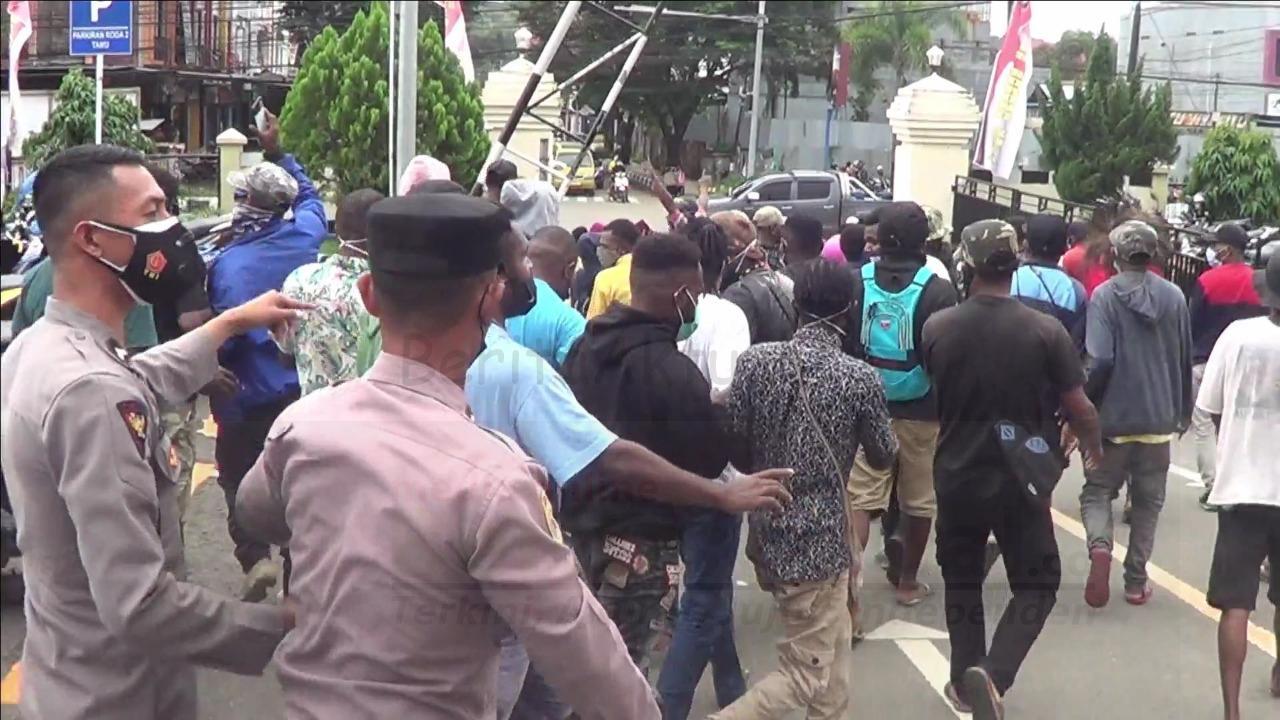 Langgar Prokes, Polisi Bubarkan Aksi Unjuk Rasa Berakhir Ricuh 4 IMG 20210719 WA0063