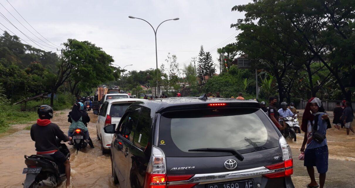 Belum Ada Solusi Tepat Atasi Banjir, Puluhan Kendaraan Terjebak Macet Kiloan Meter 1 IMG 20210911 WA0108