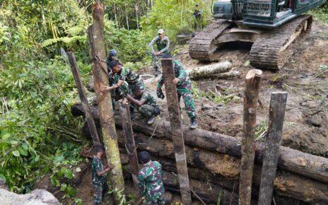 TNI Dan Polri Perbaiki Jembatan Yang Dirusak KNPB di Maybrat 10 IMG 20210914 WA0091