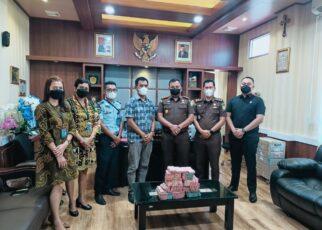Kena Vonis 5 Tahun, Direktur PT DM Serahkan 800 Juta ke Kejaksaan Negeri Sorong 22 IMG 20211012 WA0032