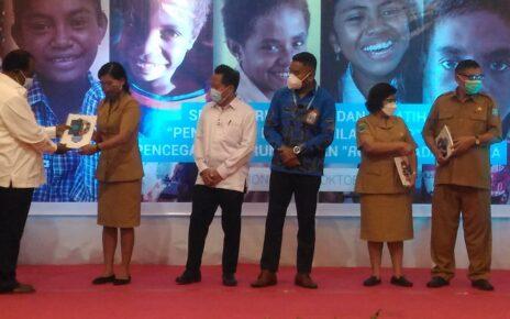 Stop Perundungan, Unicef Libatkan 60 Pengajar SeKota Dan Kabupaten Sorong 2 bupati serahkan buku